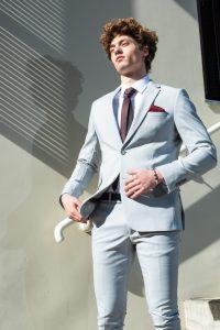חליפה אפורה