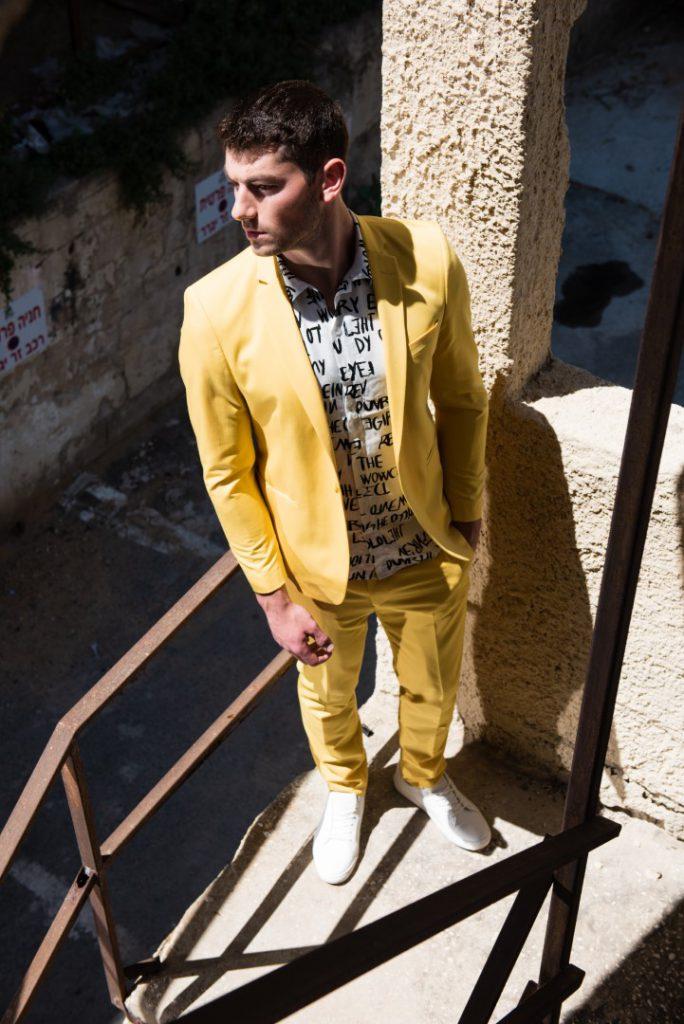חליפה צהובה