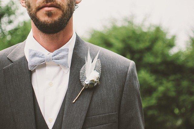 איך להצטלם נכון עם חליפה בחתונה